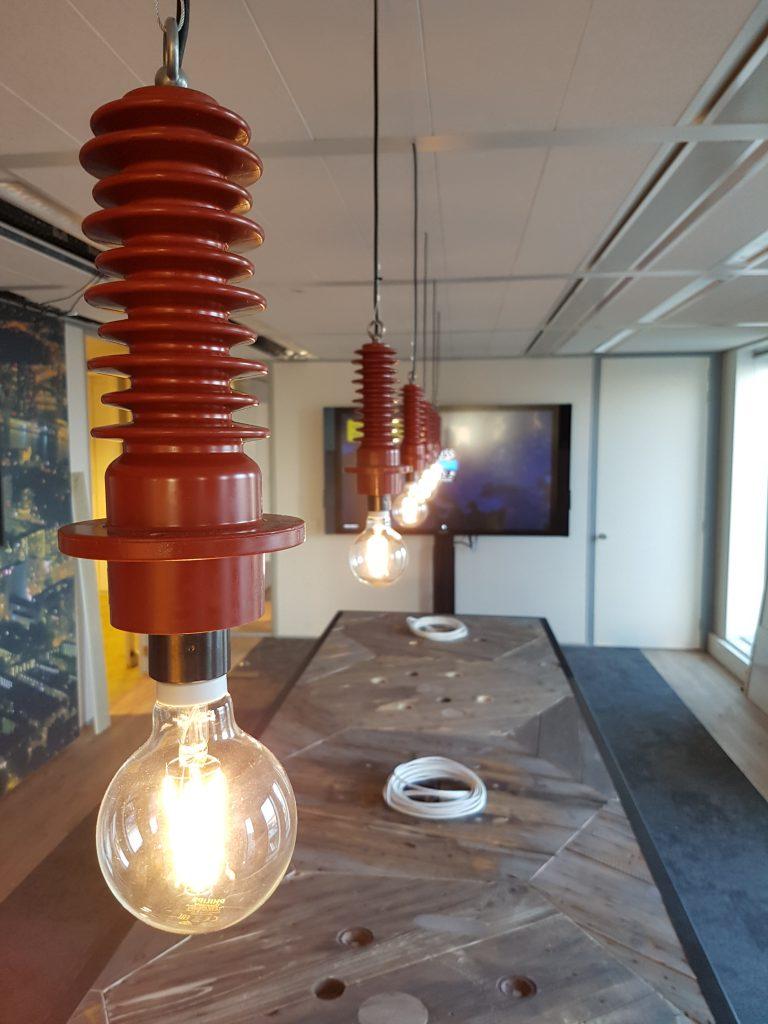 Hanglampen op maat in een vergaderruimte
